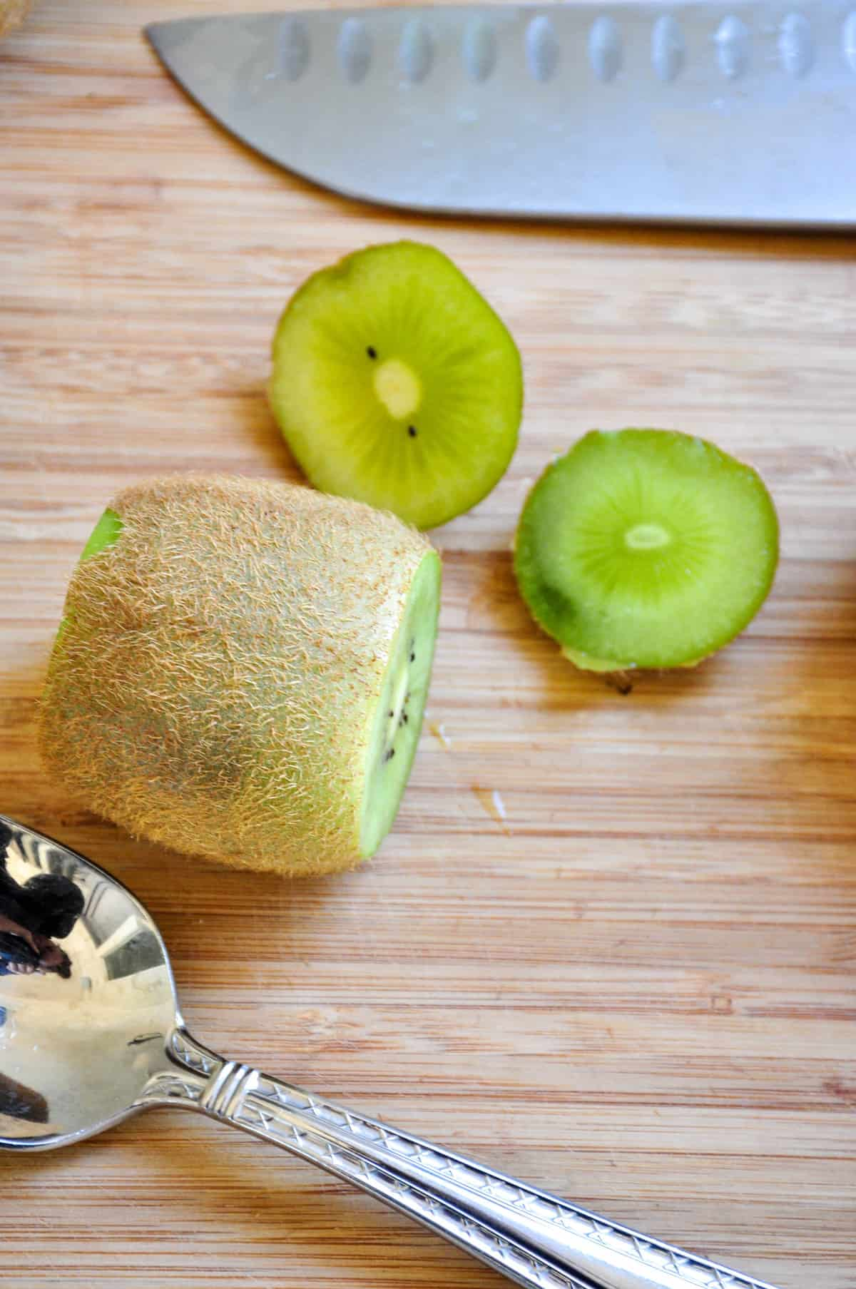Kiwis with the ends sliced off